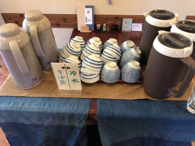 セルフサービスのお茶とお冷