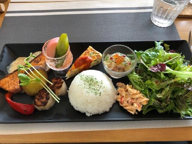 北海道産ホタテとアトランティックサーモンのポワレ信州味噌のクリムソース