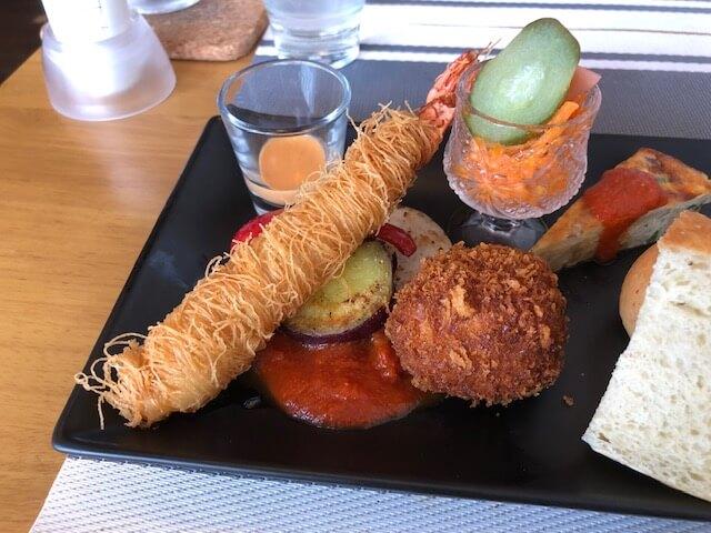 カダイフで巻いた海老のフリットとワタリガニのクリムソース
