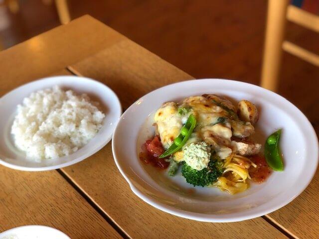 本日のランチ 鶏もも肉と春野菜のグラタン風